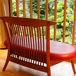 以实木板制作的家具